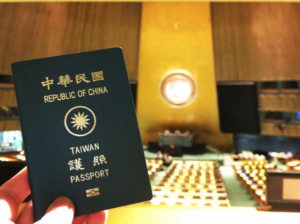 高姓部落客指出,參觀全體大會廳、安理會等重要會議廳期間,「當我拿出中華民國(台灣)護照時」,再度被導覽員制止,「不能拿出非會員國發行的文件」。(圖由高姓部落客授權使用)