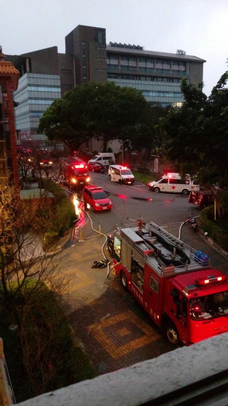 中國文化大學大典館教室下午失火,消防人員趕往搶救。(讀者提供)
