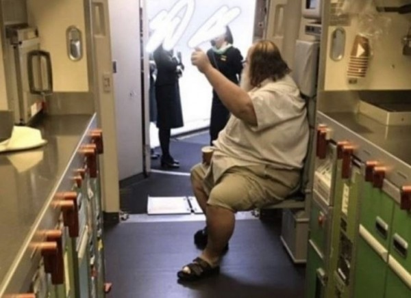 日前一名外籍乘客搭機要求長榮空服員提供不合理服務,協助脫內褲、擦屁股,導致空服員身心受創。(圖擷取自網路)