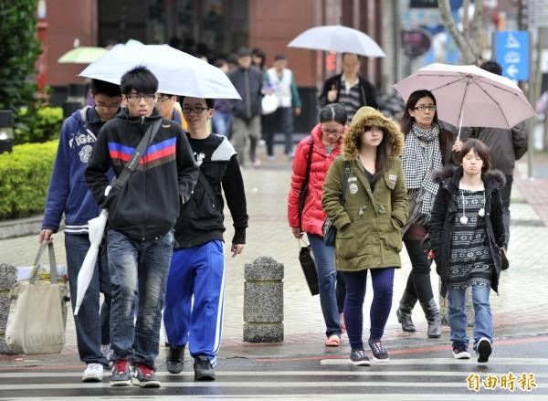 氣象專家吳德榮表示,近中午至傍晚西半部降雨漸趨明顯,尤其西北部雨勢會比較大,但因通過時間短、不致累積很多的雨量。(資料照)