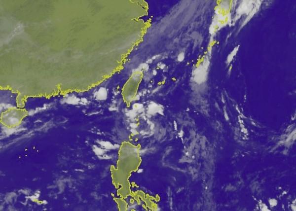 天氣風險公司天氣分析師吳聖宇指出,位在巴士海峽的低氣壓90W應該先關注,因它可能在9日先升格為熱帶性低氣壓,甚至有繼續發展為輕度颱風的機會。(圖擷取自中央氣象局)