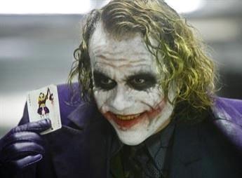 納豆敷臉照與電影《黑暗騎士》的小丑十分神似。(取自網路)