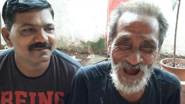 來自偏遠東北部曼尼普爾省(Manipur)因帕爾(Imphal)的甘比爾(右),失蹤40年後與家人團聚。(圖取自《印度斯坦時報》)
