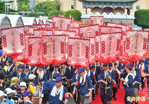 捍衛信仰守護香火大聯盟舉行「眾神上凱道」活動,向總統府「進香」表達訴求。(記者王藝菘攝)