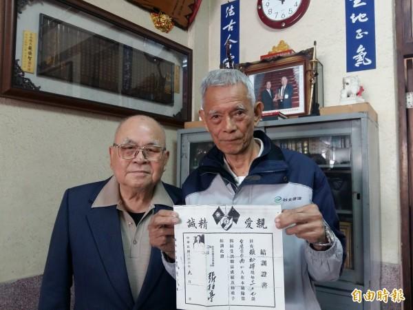 228事件時,就讀國小6年級的賴澄江(右)目睹時任後壁國小校長的父親賴松輝被押走後下落不明,因所獲賠償相當不合理,奔走十10餘年,心中不平至今難解。(記者王涵平攝)