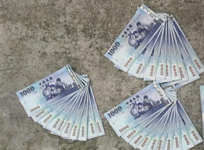 邱姓婦人將存摺、提款卡放在老公車子車輪上被取走盜領,也依指示臨櫃匯款,共計存款70萬被詐一空。(資料照)