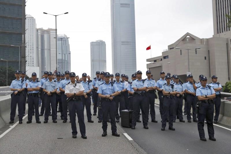 港警出動,準備驅離徹夜抗爭的民眾,現正與民眾對待中。(美聯)