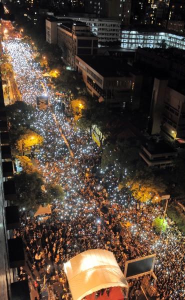 在4月份的太陽花晚會上,民眾紛紛拿出手機形成燈海,共同合唱「島嶼天光」。(資料照,記者王敏為攝)