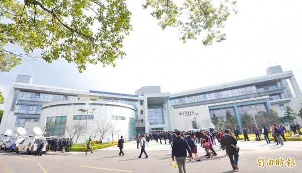 TV crews stand outside as people enter the Chungshan Institute of Science and Technology's Science and Technology Exhibition Center in Taoyuan's Longtan District on Saturday last week. Photo: Liu Hsin-de, Taipei Times
