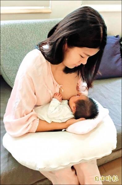 國健署提醒,嬰兒吃母奶都可以獲得飽足感,不會有吃不飽的狀況。哺乳示意圖。(資料照)