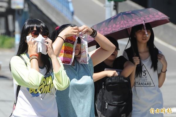今日中南部高溫約30至32度,其他地方約33至35度,其中大台北局部地區可達36度左右高溫。(資料照)