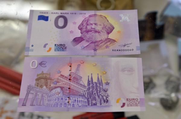 知名哲學家馬克思今年適逢200年冥誕,故鄉德國古城特里爾發行了印有馬克思肖像的0元紙鈔來致敬他的理論。(法新社)