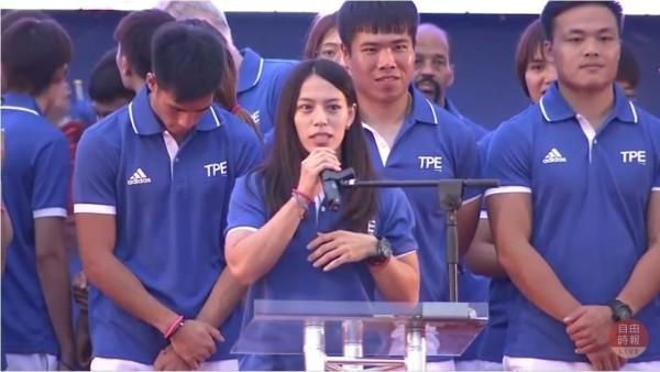 台灣隊選手在今天傍晚6點左右全數抵達北市府前廣場,舉重選手郭婞淳熱情與民眾打招呼。(自由時報影音組)