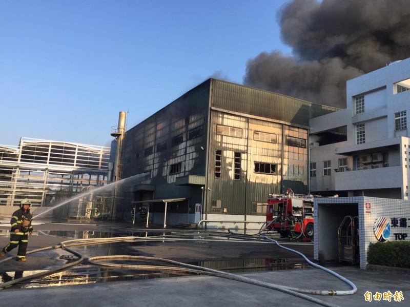 斗六市雲林科技工業區的「東鏘企業」,約在下午3點20分左右發生大火。(記者詹士弘攝)