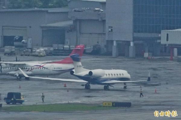 郭台銘今天搭乘私人飛機「灣流航太G650ER」前往花東跑行程,圖為停放在松山機場、郭台銘的私人飛機。(資料照)