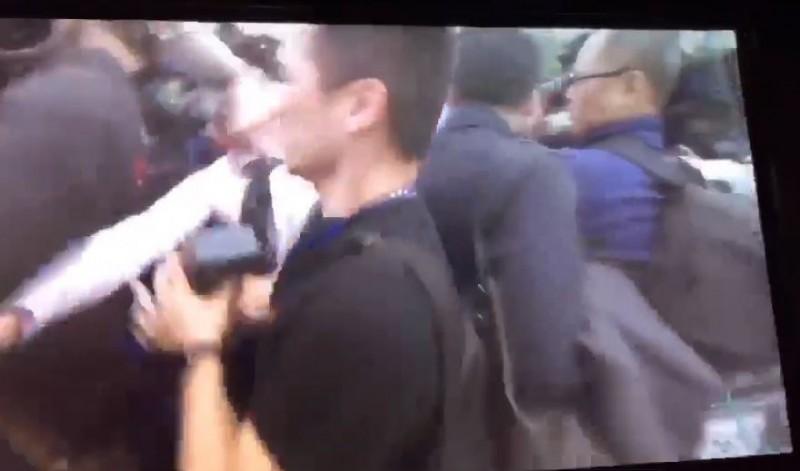 王又正此時出手猛推攝影記者。(讀者提供)