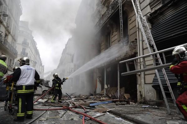 爆炸後的麵包店起火,消防員到場灌救。(法新社)