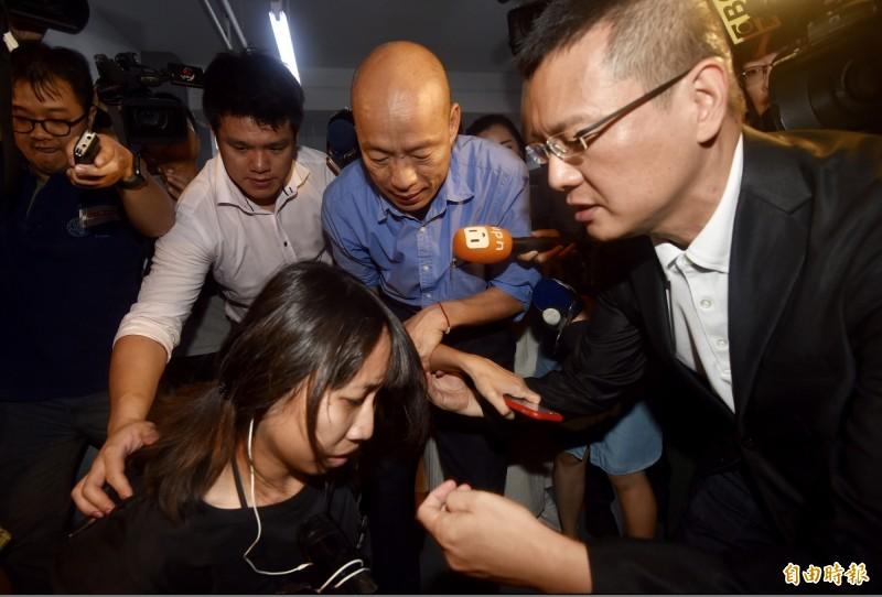 代表國民黨征戰2020總統大選的高雄市長韓國瑜,15日前往參選人朱立倫辦公室拜會,由於大批媒體包圍簇擁,一名電視台攝影在推擠中不慎跌倒,韓國瑜趕忙扶起。(記者簡榮豐攝)