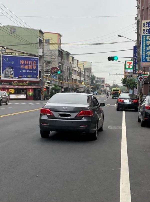 一名網友PO出一張在台南拍攝的照片,只見汽車大喇喇地整台停在路中間,讓網友超傻眼。(圖片擷取自「爆料公社」)
