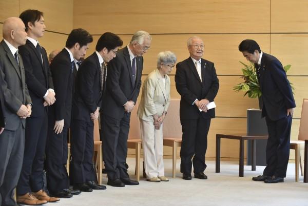 日本少女橫田惠(Megumi Yokota)41年前被北韓綁架,其母親(右三)呼籲日本政府應積極解決綁架問題,並仍期盼女兒能平安歸來。(美聯社)