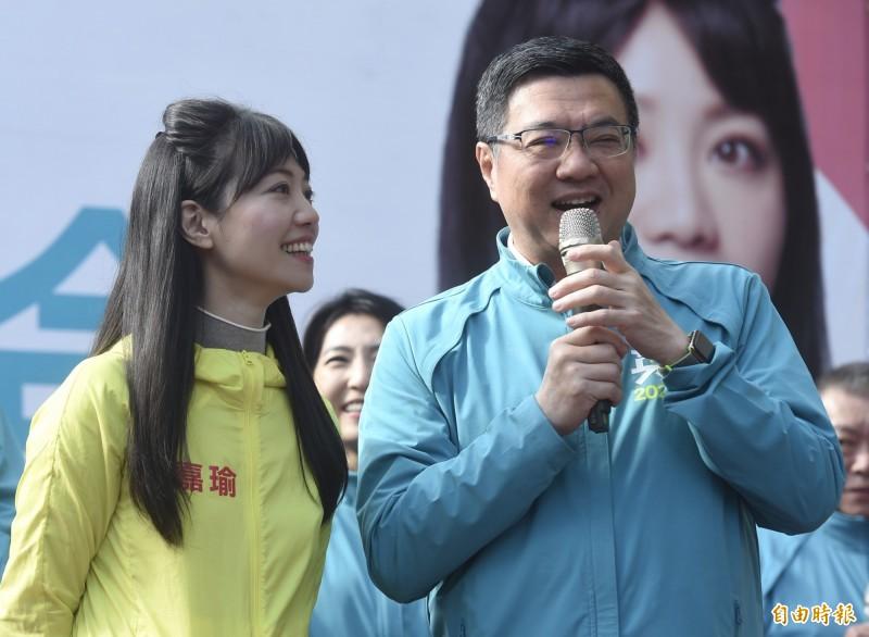 民進黨立委候選人高嘉瑜(左)競選總部8日成立,民進黨主席卓榮泰(右)到場站台。 (記者簡榮豐攝)