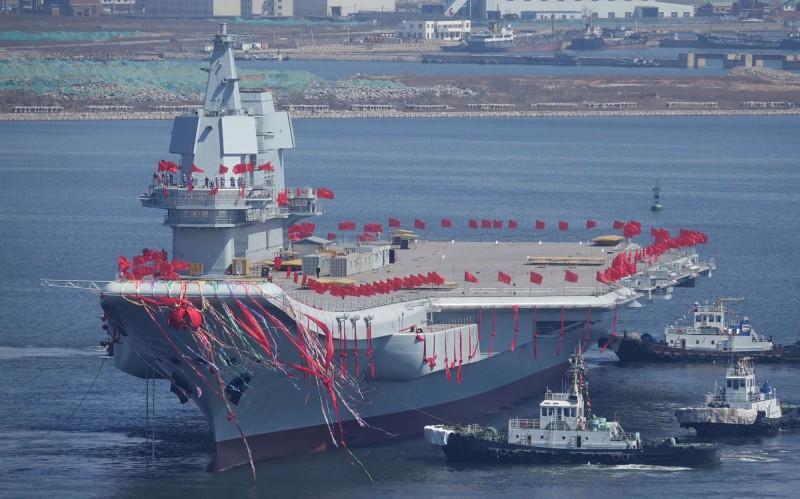 美五角大廈指出,中國首艘自製航空母艦可能在今年投入使用。圖為該航母於大連港口下海。(路透)