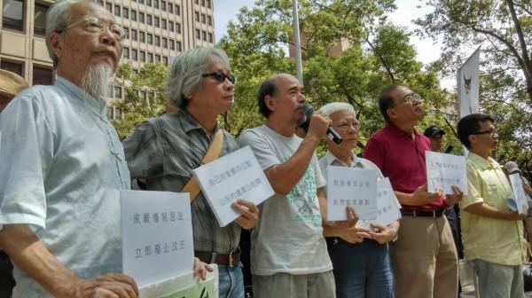 監票者聯盟26日前往中選會前召開記者會,抗議中選會不開放開票所攝錄影。(記者王敏為攝)