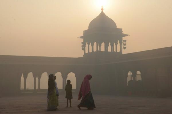 印度空氣污染問題嚴重,其中一項原因是來自農民焚燒大量農業廢棄物。(法新社)