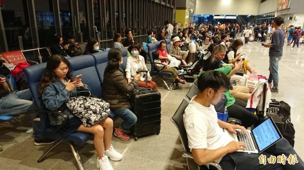 花蓮火車站目前仍有千名旅客等候疏運,立榮航空確定今晚加開加班機,協助旅客南下、北返。 (記者王峻祺攝)