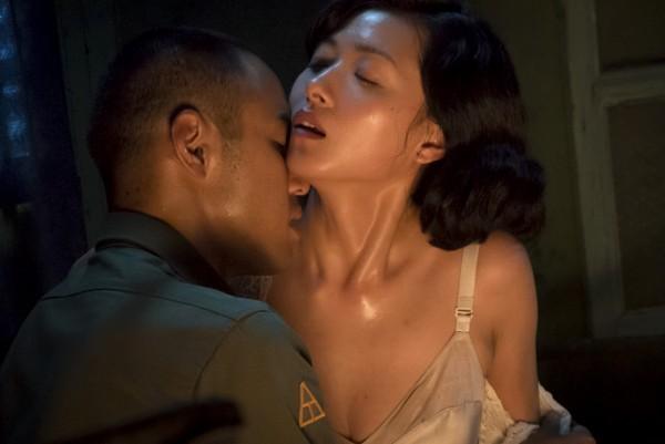 媒體報導,有資深軍官爆料,軍中士官兵常玩大尺度的性遊戲。圖為電影《軍中樂園》中,阮經天與萬茜上演挑逗床戲。圖與本新聞無關。(紅豆提供)