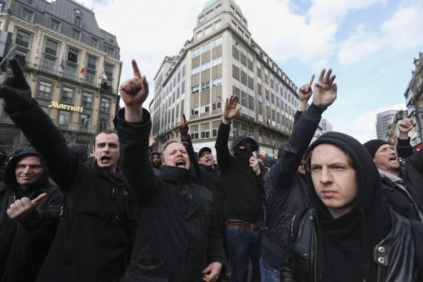 示威者譴責機場及地鐵恐攻造成多人身亡,並表示聲援受害者,還做出納粹式敬禮。(歐新社)