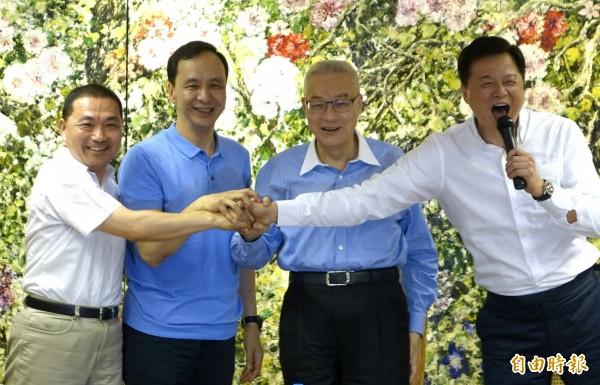國民黨主席吳敦義、新北市長朱立倫和新北市長參選人侯友宜參加「與周錫瑋有約」,展現藍營在新北的團結氣勢。(記者王藝菘攝)