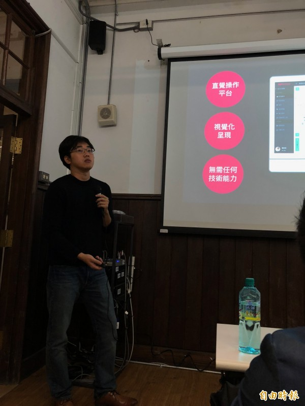 從事臉書訊息聊天機器人開發超過1年,邦妮科技(BotBonnie)共同創辦人Roy分享自家聊天機器人平台的特點。(記者陳炳宏攝)