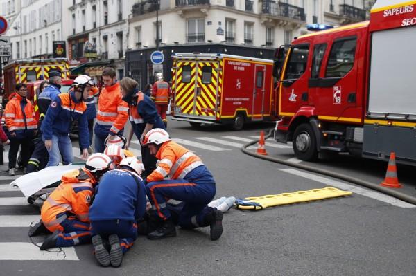 法国巴黎发生爆炸事故后,传有2名消防人员在救援中过程死亡。(路透)