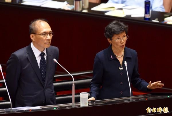 林全(左)、張小月(右)今答覆立委質詢。張小月答詢時表示,到目前為止,她與中國國台辦主任張志軍沒互動,但兩岸關係要溝通對話,會持續不斷努力。(記者羅沛德攝)