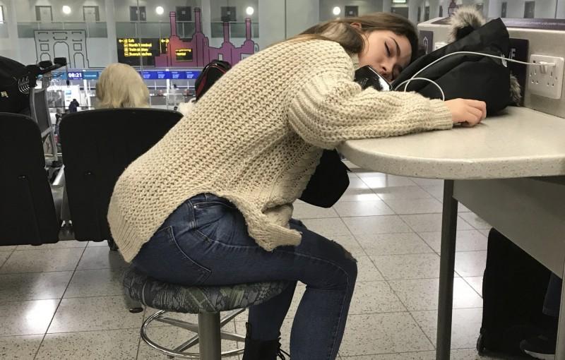 美國研究發現,平日睡眠不足在假日補眠的民眾,往往會吃得更多造成體重上升,而且罹患糖尿病的風險也會增加。補眠示意圖。(美聯社)