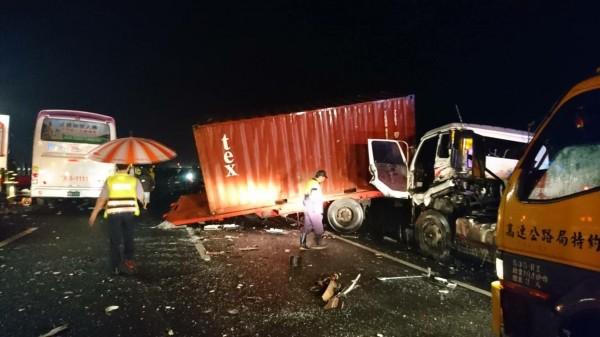 國道3號發生客運追撞貨櫃車事故,強烈撞擊造成貨櫃車車頭與貨櫃分離。(記者劉濱銓翻攝)