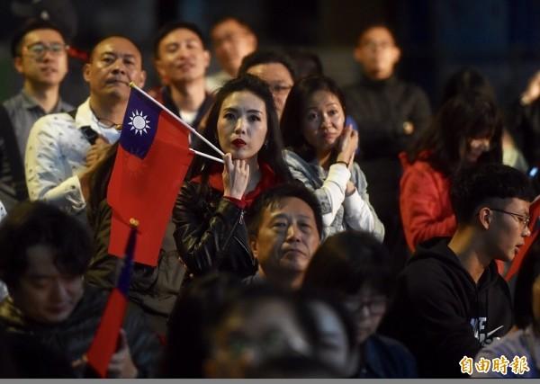 九合一選舉昨晚開票,台北市選戰激烈,開票破天荒超過午夜12點仍未開完,中選會對於24日投票大排長龍,開票進度何以嚴重落後,相關高層整天持續神隱消失,至今不願面對外界說明原因。國民黨台北市長候選人丁守中競選總部的支持者持續等待結果。(記者簡榮豐攝)