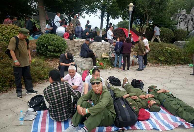 中國老兵上街爭取權利,卻有數十人被捕,並被判處最高6年有期徒刑。圖為中國老兵去年在江蘇靜坐的現場。(法新社)