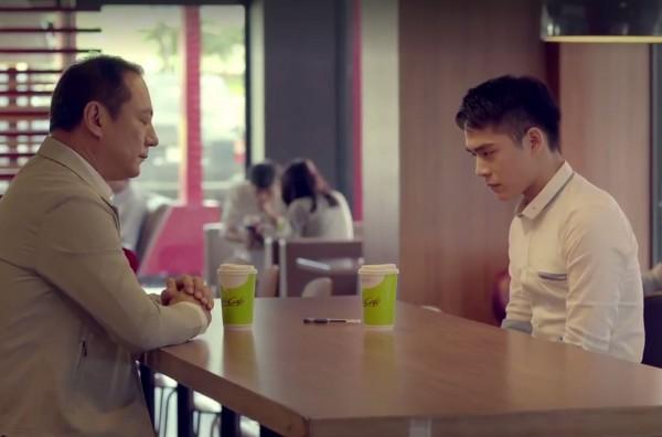 麥當勞在近日公開的廣告中,呈現同性戀兒子用咖啡杯向爸爸出櫃的故事,最後父親則大方接納,讓許多人深受感動。(圖擷自麥當勞臉書)