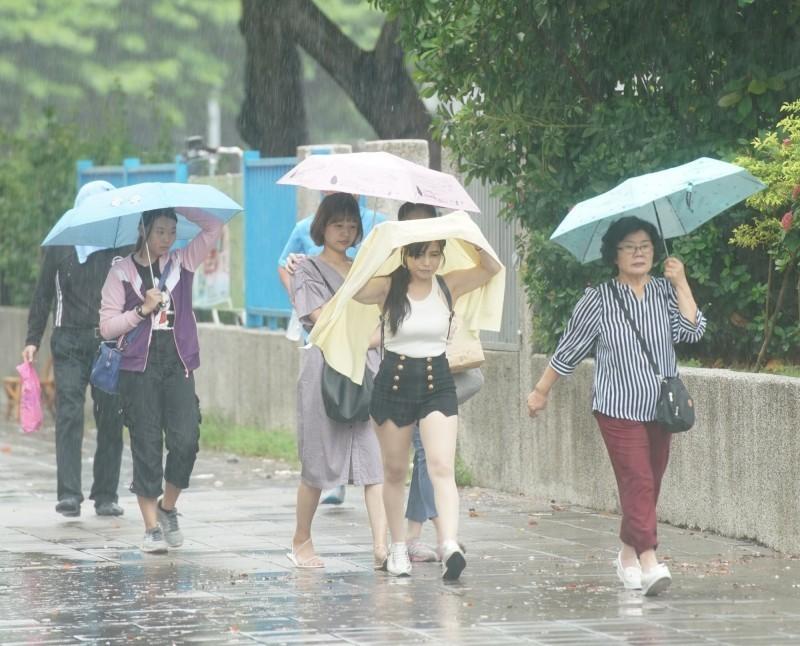 受低壓帶影響,近日各地持續有雨,氣象專家吳德榮今日指出,颱風所附隨的「季風低壓環流」,是造成多日降雨的關鍵。(資料照)