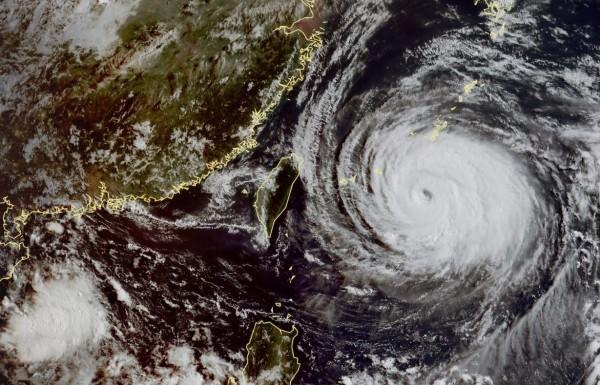 瑪莉亞颱風中心已前往中國福建,中央氣象局今(11)日解除颱風警報,臉書粉專「天氣風險 WeatherRisk」對此用1分鐘回顧颱風事件,並表示「每一次颱風,都幫我們上了一課」,提醒民眾宜尊重專業判斷。(圖擷取自中央氣象局)