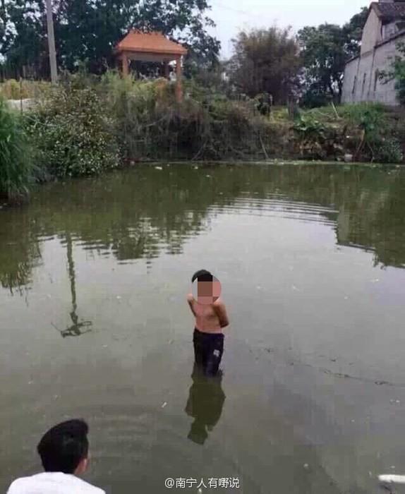 村民還將男童扒光丟進池塘裡浸泡,當時氣溫約僅攝氏10度不到,男童冷得直打哆嗦、痛哭流涕,村民才肯讓他上岸。(圖擷取自微博)