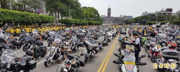大型重型機車1日集結上千名車友赴凱道抗議,重型機車騎士爭取重機國道路權,要求平權用路。(記者劉信德攝)