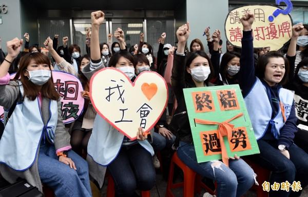 桃園市空服員職業工會21日至長榮海運大樓,抗議「長榮航不增休時、反減人力」,並接力靜坐57小時反對過勞航班。(記者簡榮豐攝)