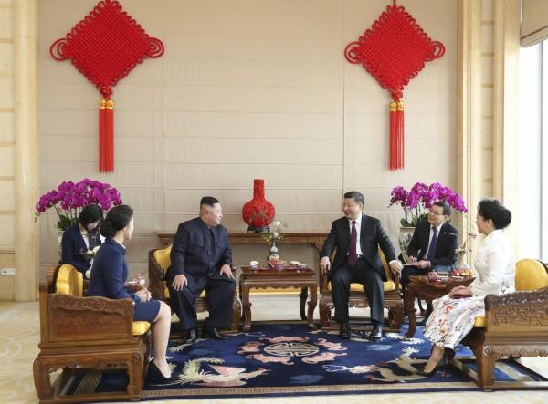 習近平夫人彭麗媛、金正恩夫人李雪主也一起參加會晤。(美聯社)