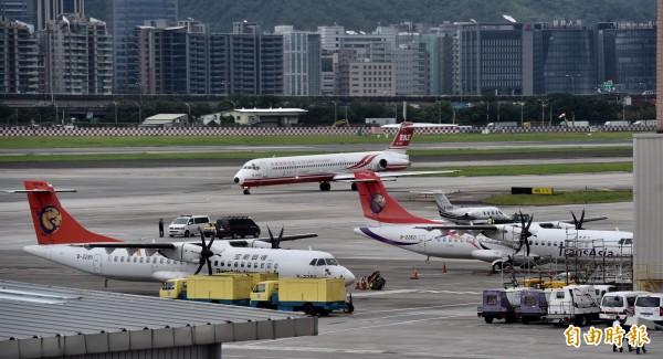 一份國外最新公布的研究顯示,在全球暖化更趨嚴重下,將為航空業帶來重大威脅,造成更多航班延誤或取消。(資料照,記者簡榮豐攝)