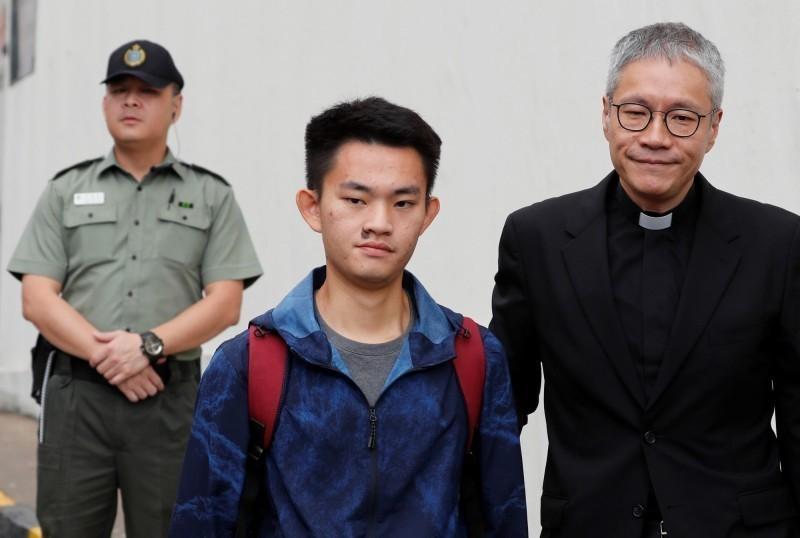殺人犯陳同佳(中)由牧師管浩鳴陪同接受媒體採訪。(路透)