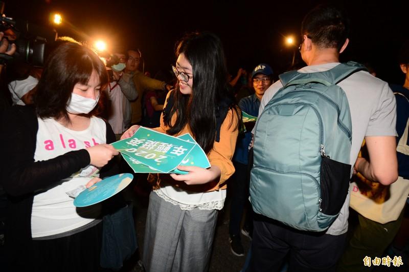 總統府前音樂會,一群年輕人聚集在凱道上,發送海報挺小英競選連任總統。(記者王藝菘攝)