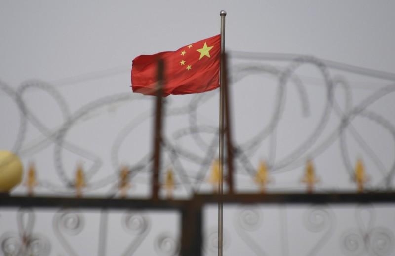 中國官方日前被踢爆有系統地拆散新疆地區的穆斯林家庭,造成數百名父母下落不明、上百名兒童人間蒸發。對此,中國駐英大使劉曉明近日受訪時予以否認,並稱若有人失去孩子,「給我名字,我們會試著找人」。(法新社)